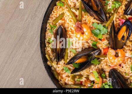 Fondo de alimentos, paella con mariscos y verduras Foto de stock