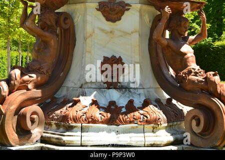 Hermosa fuente de Neptuno con la boca agua de fundición en los bellos jardines de la granja. Biología de la historia del arte. El 19 de junio de 2018. La Granja Segovia