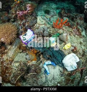 Fotografía submarina de contaminación de basura de plástico en los fondos marinos en un arrecife de coral en la isla de Mabul, Sabah, Malasia.