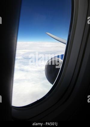 Vista desde un arqueamiento jet a través de un cristal lateral hacia la punta de ala