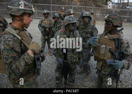 """Los Marines de Estados Unidos con el 1er Batallón, 3º Marines - """"La Lava perros"""", discutir un plan de maniobra en la República de Corea Marines durante un ejercicio de entrenamiento intergraded en apoyo del ejercicio Ssang Yong en Pohang, Corea del Sur, 9 de marzo de 2016. Ejercicio Ssang Yong 2016 es un ejercicio militar bienal se centró en el fortalecimiento de las capacidades de aterrizaje anfibio de la República de Corea, los Estados Unidos, Nueva Zelandia y Australia. (Ee.Uu. Marine Corps photo by MCIPAC Cpl de la Cámara de combate. Allison Lotz/liberado)"""
