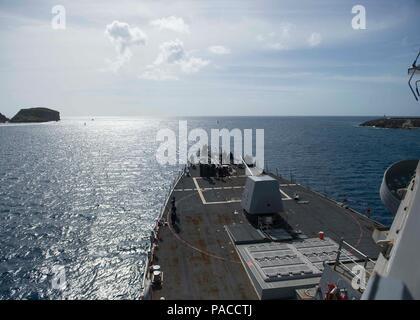 La base naval de Guam (14 de marzo de 2016) Los misiles guiados Burke-Class Arleigh destructor USS McCampbell (DDG 85) sale de la bahía. McCampbell es en patrullas de la séptima Flota de la zona de operaciones en apoyo de la seguridad y la estabilidad en la Indo-Asia-Pacífico. (Ee.Uu. Navy photo by Mass Communication Specialist 2nd Class Bryan Jackson/liberado)