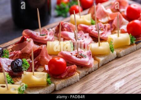 Muchos pintxos, o tapas, canapés español parte finger food