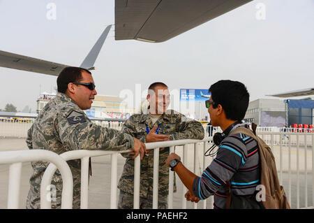 El Sargento Primero. Mario Munive y El Teniente Daniel Grotte, de la Guardia Nacional Aérea de Houston, Texas, hablar con los visitantes acerca de las capacidades del MQ-1 Predator 2016 durante la Feria Internacional del Aire y del Espacio (FIDAE) en Santiago, Chile, 30 de marzo de 2016. Durante la FIDAE, aviadores estadounidenses participaron en varios expertos en la materia de intercambios con sus homólogos chilenos y también acogió exhibiciones estáticas y manifestaciones de apoyo a la antena air show. (Ee.Uu. Foto de la fuerza aérea por Tech. El Sgt. Heather Redman/liberado)
