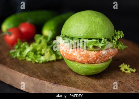 Vegan hamburguesa con aguacate zanahoria lentejas pattie en madera. Closeup view, el enfoque selectivo