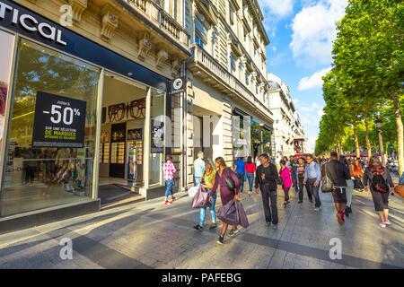 París, Francia - Julio 2, 2017: Hay turistas que caminan por la avenida más famosa de París, los Campos Elíseos, para ir de compras en tiendas de lujo. El estilo de vida de personas en París.
