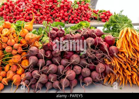 Proveedores venden verdura fresca, producir y otros elementos en un mercado de granjeros estacionales en la pequeña ciudad de montaña de Salida, Colorado, EE.UU.