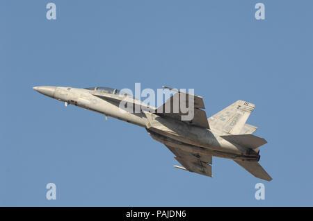 US Navy Boeing F/A-18F Super Hornet volar-display en el Dubai AirShow 2007