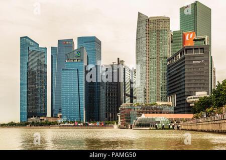 Singapur - Jan 14, 2018: Vista horizontal en el centro de rascacielos skyline visto desde más de Marina Bay en Singapur.