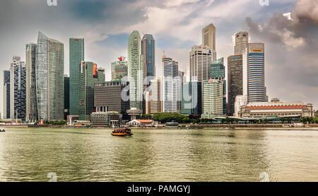Singapur - Dec 30, 2017: Vista horizontal en el centro de rascacielos skyline visto desde más de Marina Bay en Singapur.