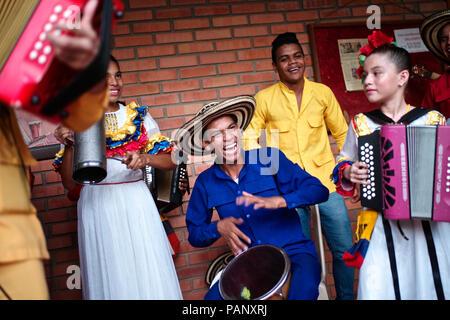 """Andrés """"Turco"""" Gil por la academia de acordeón entrena a los niños pequeños en la música de vallenato, muchos de ellos son refugiados de la violencia o que viven en la pobreza"""