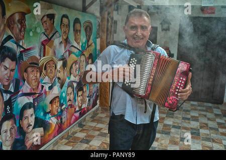 Compositor de vallenato colombiano Beto Murgas en su casa y museo de acordeón