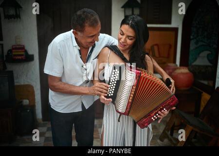 Compositor de vallenato colombiano Beto Murgas enseña Colombo americana CBS periodista Astrid Martínez para desempeñar el acordeón en su casa, el acordeón muse
