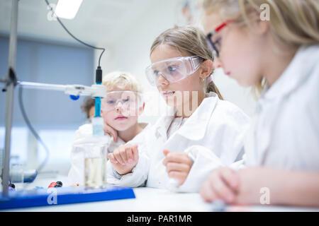 Los alumnos de experimentar en clase de ciencias