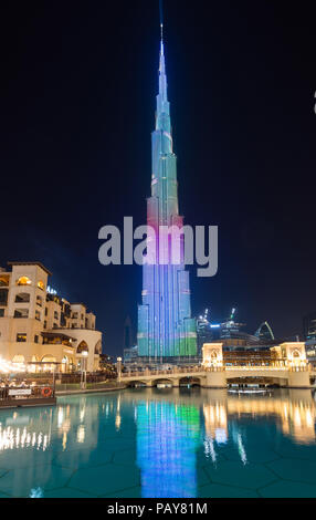 DUBAI, EMIRATOS ÁRABES UNIDOS - Febrero 15, 2018: el Burj Khalifa, con 828m de altura, la torre más alta del mundo, reflejando en el Dubai Fountain lake fuera del Dub Foto de stock