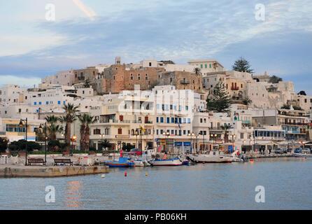 CHORA, GRECIA - 9 de marzo: Chora Old Town, isla de Paros, Grecia el 9 de marzo de 2018. Chora es la capital de la isla de Naxos, Cyclades, Grecia.