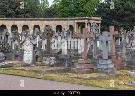 Lápidas en el cementerio de Brompton en Londres, Reino Unido.