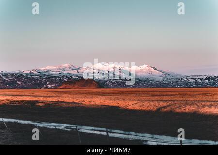 Calle la autopista Circunvalación nº1 en Islandia, con vista hacia la montaña. Si el país del lado sur.