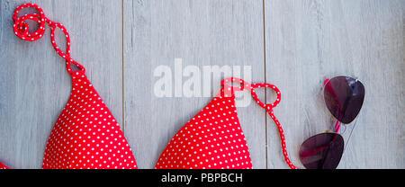 Banner para web, el traje de baño rojo y las gafas de color rosa, espacio para el texto, el concepto de vacaciones de verano,
