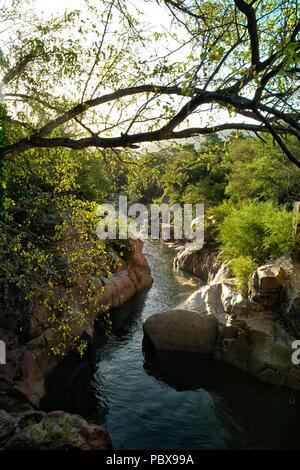 El río Guatapurí, fluye desde el lado oriental de la Sierra Nevada de Santa Marta en el río Cesar en el norte de Colombia por la ciudad de Valledup