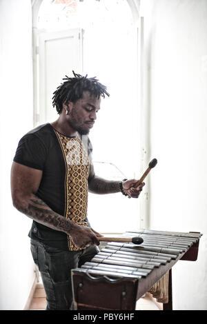 Nieto del legendario compositor colombiano Petronio Alvarez, Esteban Copete, nacido en Choco, es uno de los miembros de Kinteto pacífico. Copete ha explo