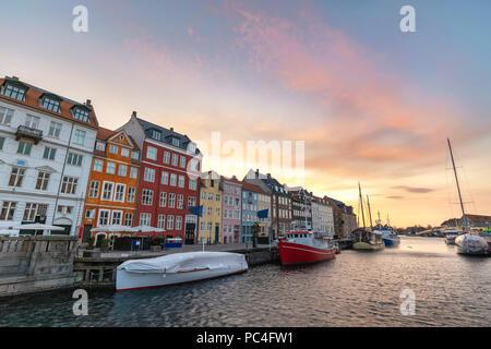 Amanecer en el horizonte de la ciudad de Copenhague puerto Nyhavn, Copenhague, Dinamarca
