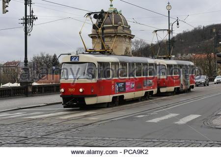 Un tranvía en Praga pasando por toda la ciudad Foto de stock