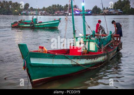 Barco de pesca en la mañana mercado de pescado, en las orillas del río Chhu Preaek Tuek en Kampot town, Camboya, Indochina, en el sudeste de Asia, Asia