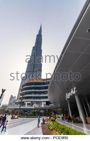 Vista del Burj Khalifa y la nueva Avenida de moda en el centro comercial Dubai Mall. Foto de stock