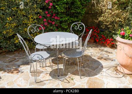 Terraza Llena De Flores Con Gris Muebles De Jardín De Hierro