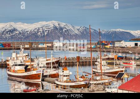 13 de abril de 2018: Husavik, al norte de Islandia - avistamiento de barcos en el puerto en un brillante día de primavera.