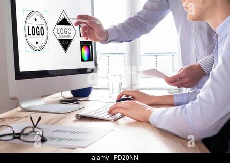 Diseñadores dibujando un logotipo de diseño digital studio en equipo, habilidades de dibujo gráfico creativo para marketing y marca