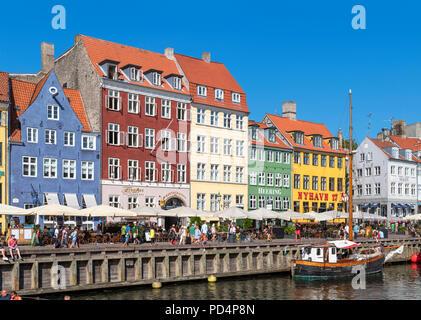 Edificios históricos a lo largo de canal de Nyhavn, Copenhague, Dinamarca. La casa más antigua es nº 9 en el extremo izquierdo (edificio azul), Copenhague, Dinamarca