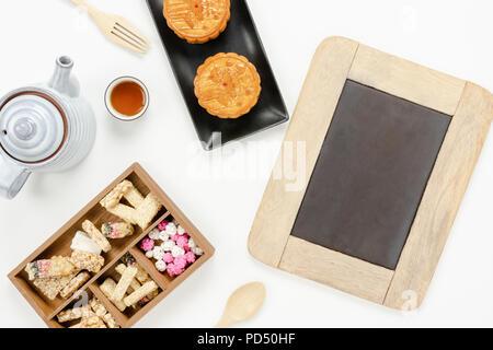 Vista superior de la tabla de imagen aérea de decoraciones Festival Chino de la Luna antecedentes concepto.plana snack laicos romper el dulce tarta y té con tablero para maquetación