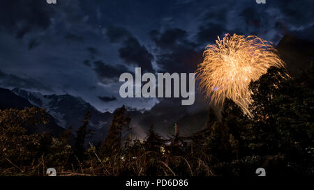 Fuegos artificiales en la madera con la pared este del Monte Rosa y el paisaje de las montañas en las noches de verano