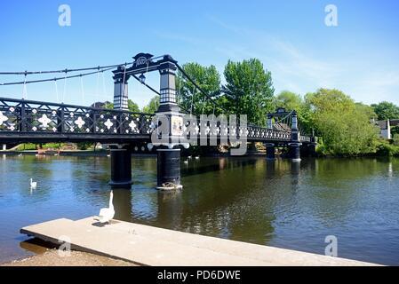 Vista del Puente de Ferry también conocido como el puente trasbordador Stapenhill y el río Trent, Burton a Trent, Staffordshire, Inglaterra, Reino Unido, Europa Occidental.