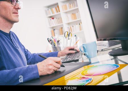 Diseñador utilizando tableta gráfica en la oficina