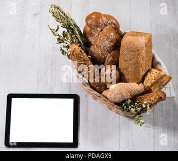 Pan casero fresco con tablet