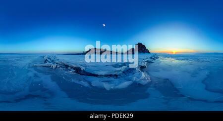 Grandes grietas en el hielo del lago Baikal en el chamán Rock en la isla Olkhon. Esférica VR panorama de 360 grados.