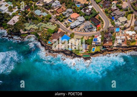 Vista aérea de la costa de Honolulu en Hawai desde un helicóptero