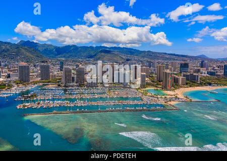 Vista aérea de la playa de Waikiki en Honolulu, Hawaii desde un helicóptero