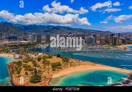 Vista aérea del Parque de la playa Ala Moana en Honolulu, Hawaii desde un helicóptero
