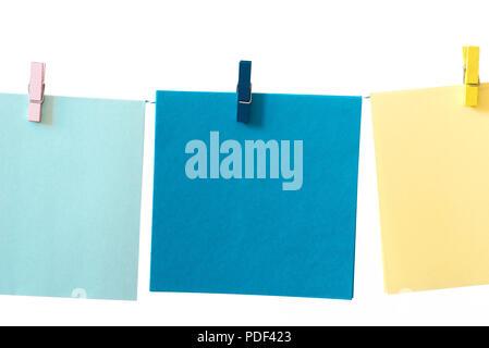 Pedazos de papel nota vinculada a una cadena macro sobre fondo blanco.