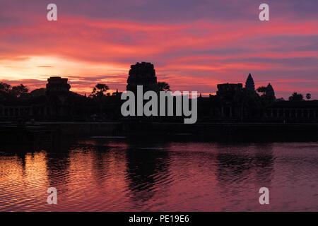 Amanecer sobre el foso que rodea el templo Angkor Wat, el monumento religioso más grande en el mundo - cerca de Siem Reap, Camboya