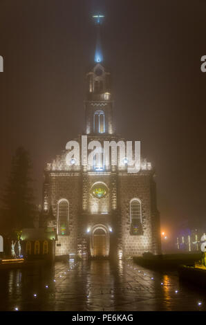 San Pedro Apóstol Iglesia Madre (Igreja Matriz de São Pedro Apóstolo) - encendido de las luces de noche en Gramado, Rio Grande do Sul, Brasil
