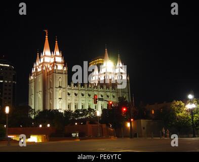 La iglesia mormona del Templo de Salt Lake en Temple Square, en el centro de Salt Lake City, Utah, en una noche de verano.