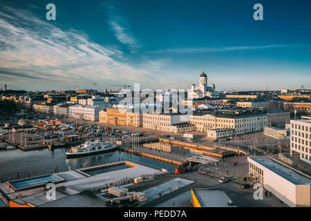 Helsinki, Finlandia. Vista superior de la plaza del mercado, en la calle, con el Palacio Presidencial y la Catedral de Helsinki. Foto de stock