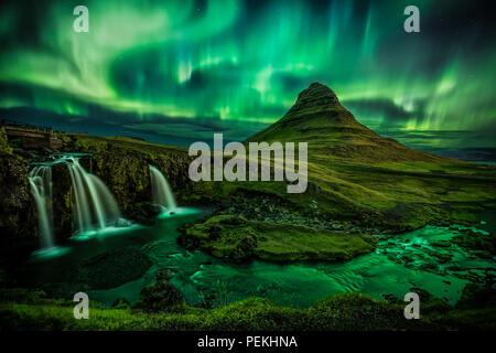 Aurora Borealis (Luces del Norte) sobre la montaña Kirkjufell en Islandia