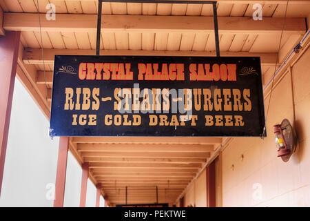 Sobrecarga de señal oscilante fuera del Salón de Cristal en la esquina de E. Allen y S 5th St en Tombstone AZ