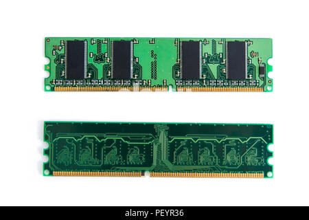 Stick de memoria RAM del ordenador (memoria de acceso aleatorio) aislado en blanco con trazado de recorte.